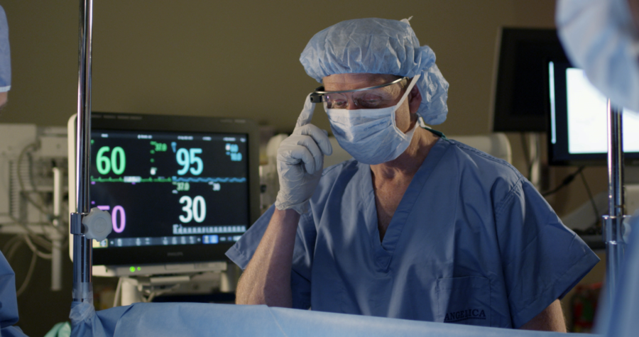 Anesthesiologist_viewing_vital_signs_during_surgery_lrg