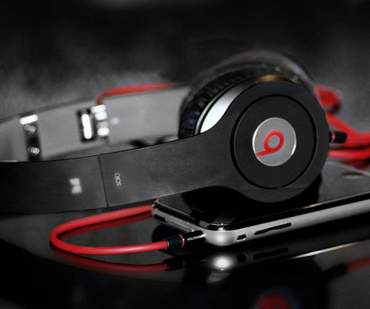 beats-solo-headphones-red-line-photography-product-800x960