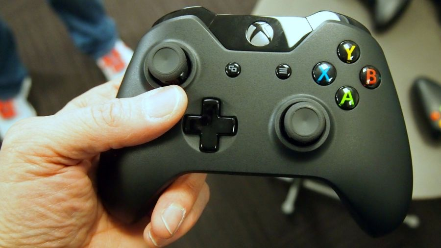 Holding_Xbox_One_Controller1