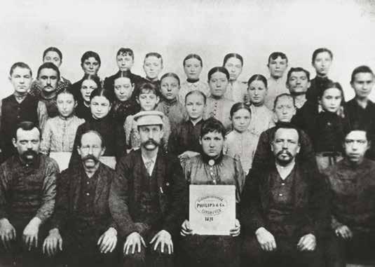 В 1898 году небольшое производство Philips получило заказ на поставку 50 000 угольных ламп-свечей для хрустальных канделябров царского Зимнего дворца в Санкт-Петербурге