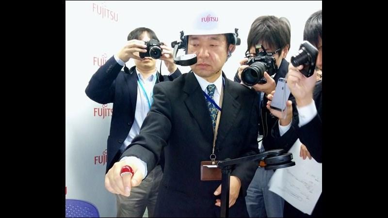 Fujitsu_demonstrates_Bluetooth_ring_January_2015_thumb800