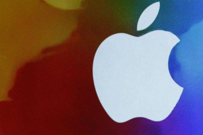 Apple-TIMCOOK-ipad-1200RTRS