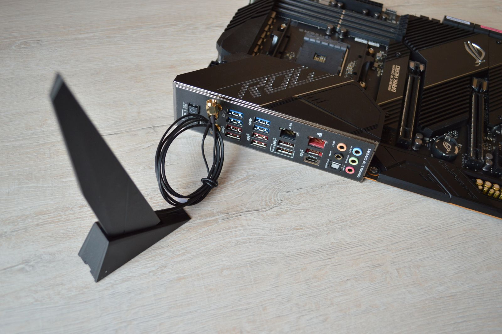 ASUS ROG Crosshair VIII Dark Hero подключенная антенна