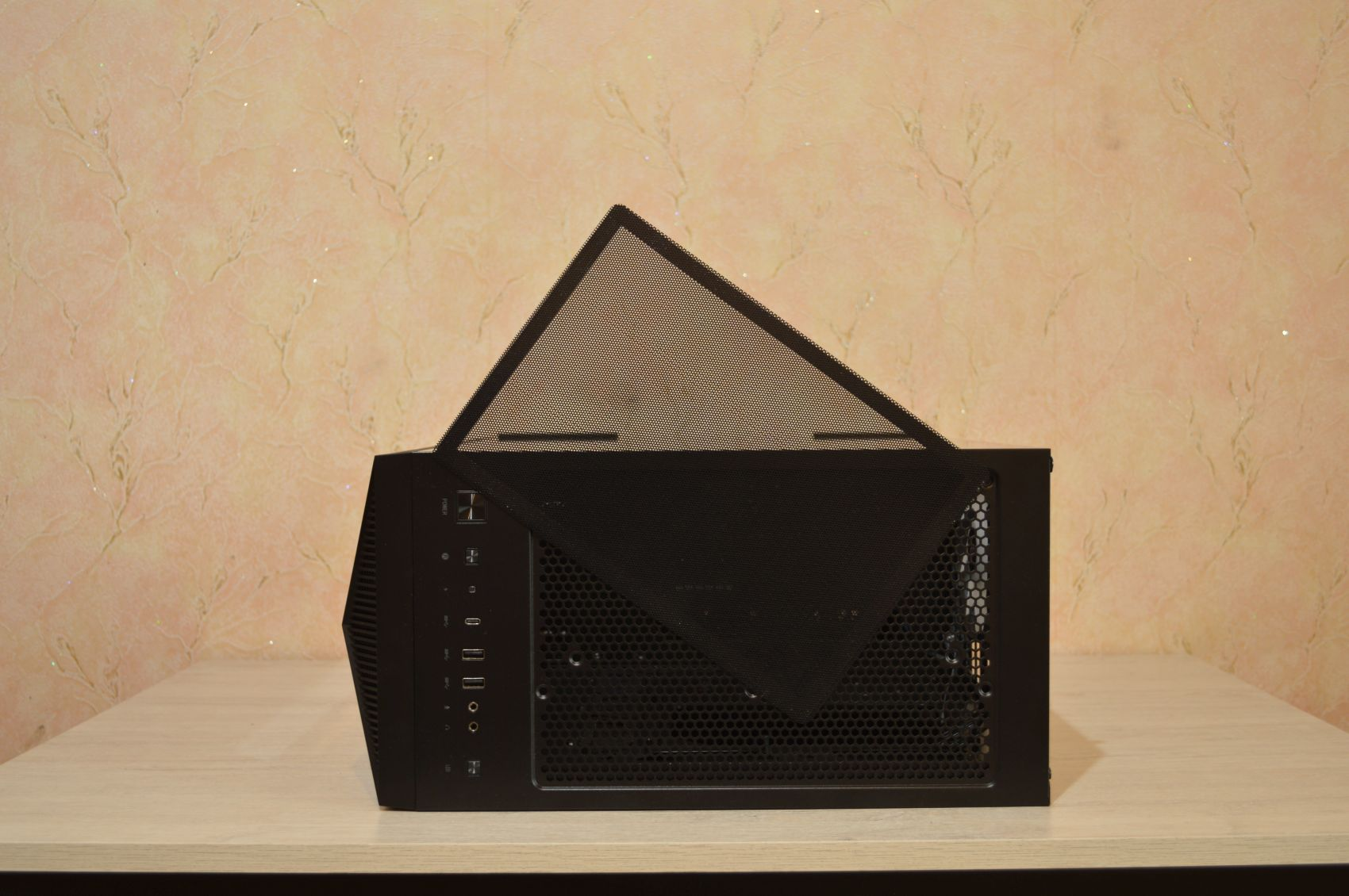 MSI MPG Gungnir 110R верхний фильтр