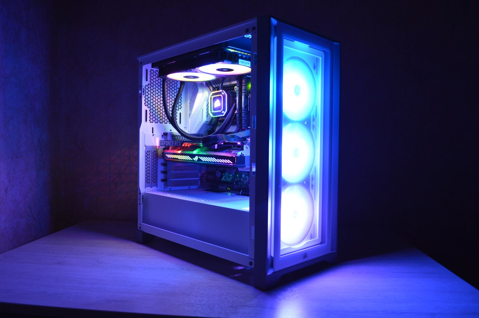 Corsair iCUE 4000X RGB в темноте